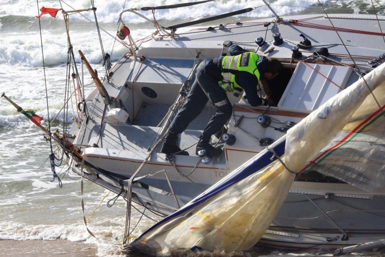 """Pareigūnai apžiūrėjo jachtą """"Defiance"""" netrukus po jos išmetimo į krantą.<br>Arbusis.lt nuotr."""