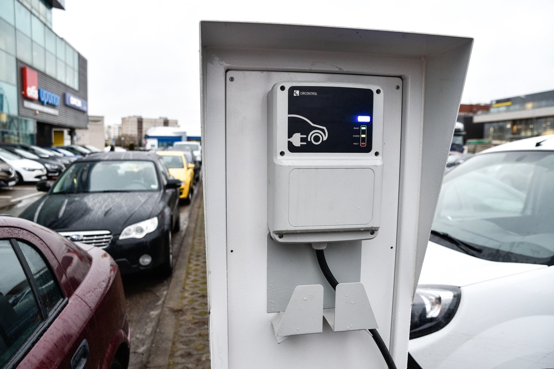 Iki 2022 m. planuojama įrengti ne mažiau kaip 28 elektromobilių didelės galios įkrovos prieigas prie pagrindinių šalies kelių.<br>V.Ščiavinsko nuotr.