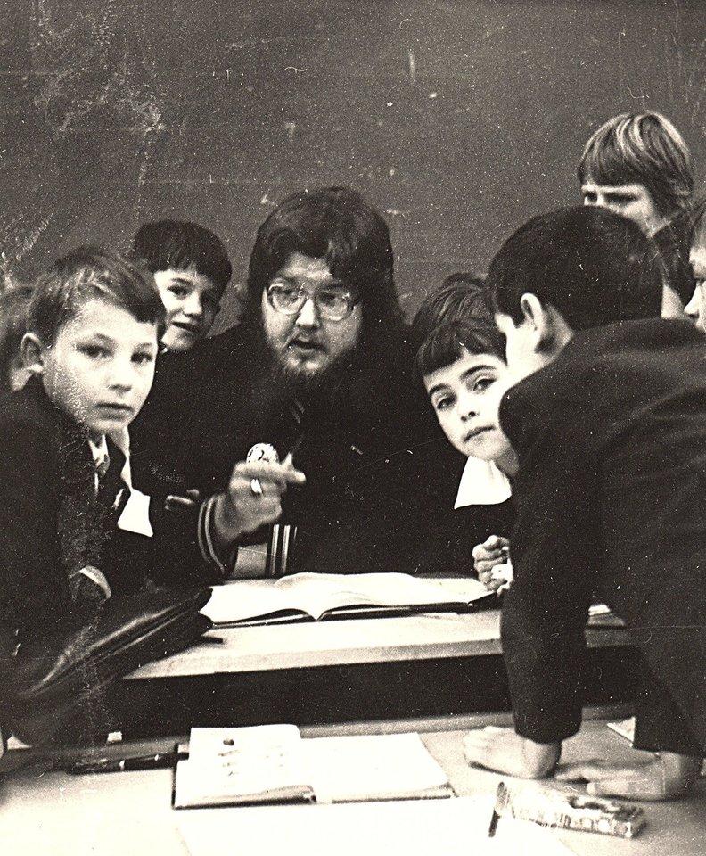 Po studijų V.Stakėnas gavo paskyrimą dirbti į Šiaulių 1-ąją pagalbinę mokyklą-internatą. Jis iki šiol saugo buvusių mokinių piešinius.<br>A.Ostašenkovo nuotr.