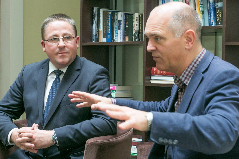 Palangos meras Š.Vaitkus (kairėje) ir Europos pučiamųjų orkestrų asociacijos prezidentas U.Rosenbergas trečiadienį užbaigė derybas dėl Palangos teisės surengti Europos pučiamųjų orkestrų čempionatą.<br>T.Bauro nuotr.