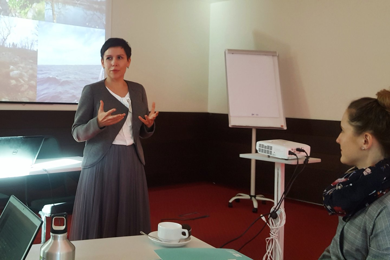 Jelena Stanislavovienė į kūrybines dirbtuves susirinkusiems specialistams paaiškino užduotis.<br>L. Jakubauskienės nuotr.
