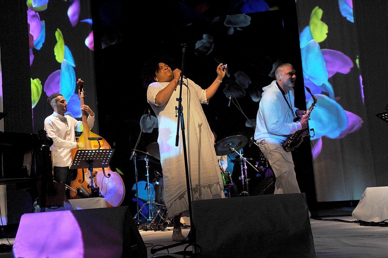 """Prie lietuvių projekte""""Trys Komedos garsai"""" prisijungėvokalistė E.Uhunmwangho ir britų saksofonininkas J.Mortonas.<br>V.Suslavičiaus nuotr."""