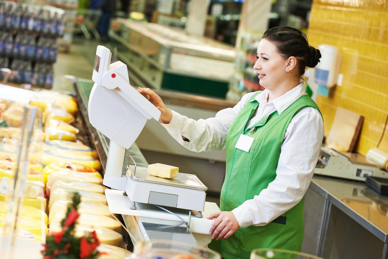 Prekybos centro darbuotoja svarsto, kodėl valstybei nerūpi, kad žmonės, dirbdami sunkių darbą, negali į rankas gauti net minimalaus užmokesčio?<br>123rf asociatyvioji nuotr.