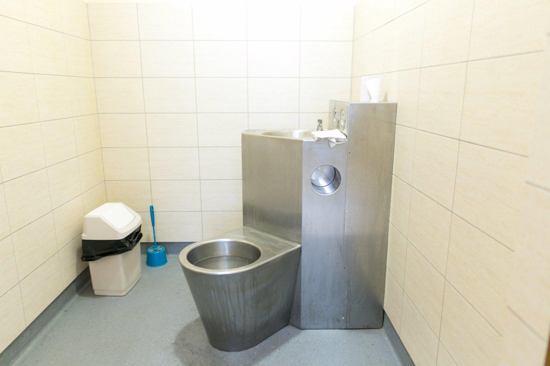 Respublikinės Vilniaus psichiatrijos ligoninės Ūmių psichozių skyriaus palatos sanitarinis mazgas.<br>T.Bauro nuotr.