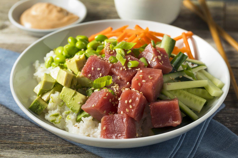 Havajietiškas užkandžių dubenėlis su tunu.<br>123rf nuotr.