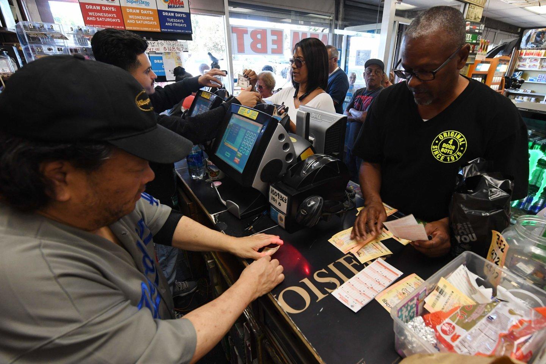 Amerikiečiai tikisi laimėti loterijoje.<br>Reuters/Scanpix nuotr.