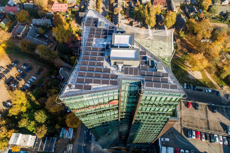 23 aukštų pastato viršūnėje iškilę įrenginiai lengvai kompensuos dalį išlaidų pastato apšvietimui.<br>Gamintojų nuotr.