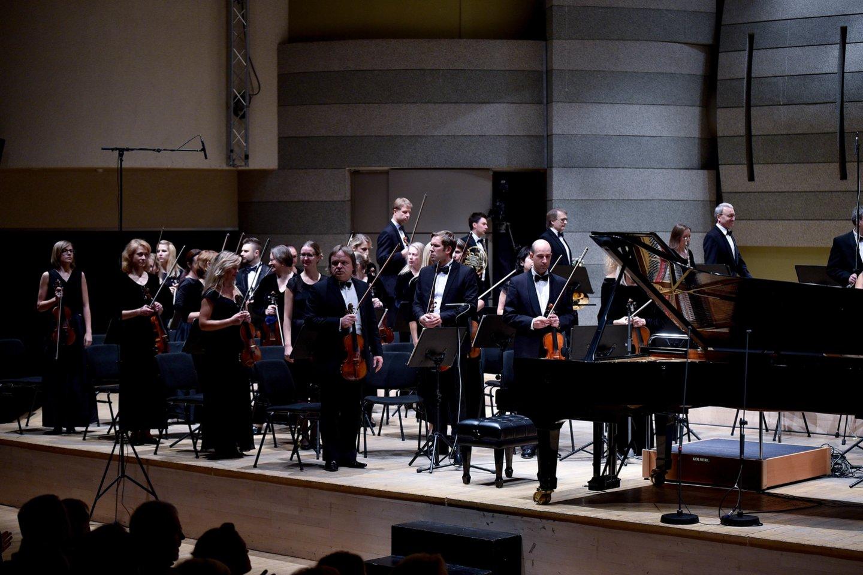 Klausytojai pelnytai audringai plojoLietuvos valstybiniam simfoniniam orkestrui.<br>V.Ščiavinsko nuotr.