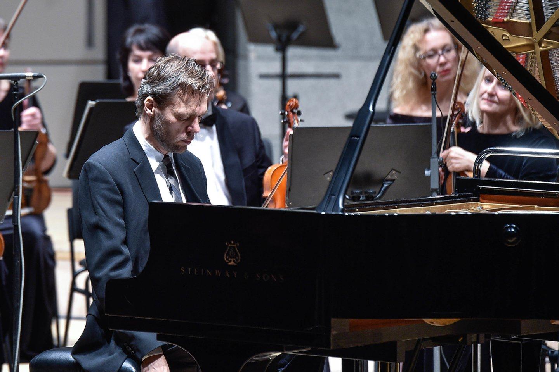 "Šį kartą A.Žlabys skambino S.Rachmaninovo ""Rapsodiją Paganini tema"".<br>V.Ščiavinsko nuotr."