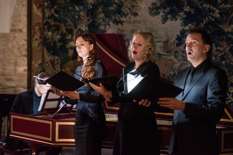 """G.Kaukaitės kūrybos sukakčiai skirtas renginys atkeliavo ir į sostinę. Šia proga Taikomosios dailės ir dizaino muziejuje koncertavo ansamblio""""Canto Fiorito"""" solistai (iš kairės) R.Dubinskaitė, S.Šerytė ir N.Masevičius su klavesinininku B.Vaitkumi.<br>D.Umbraso nuotr."""