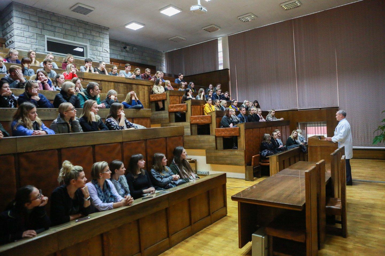 LSMU profesorius R.Kubilius studentams siūlė nusiraminti.<br>G.Bitvinsko nuotr.