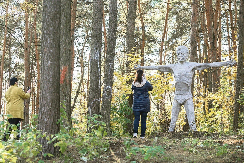 Ateinančius žmones nuo Čiobiškio gatvės pasitinka rankas draugiškai išskėtęs trijų metrų aukščio Eduardas.<br>S.Žiūros nuotr.