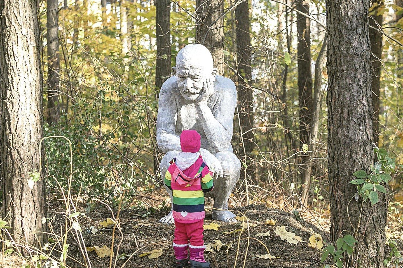 Kai kurie vietiniai gyventojai pyko, kad Jurgis vaizduojamas atliekantis gamtinius reikalus.<br>S.Žiūros nuotr.
