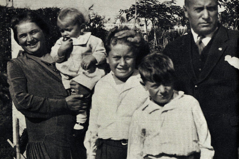 Benito Mussolini su antrąja žmona Rachele ir sūnumis.<br>Scanpix nuotr.