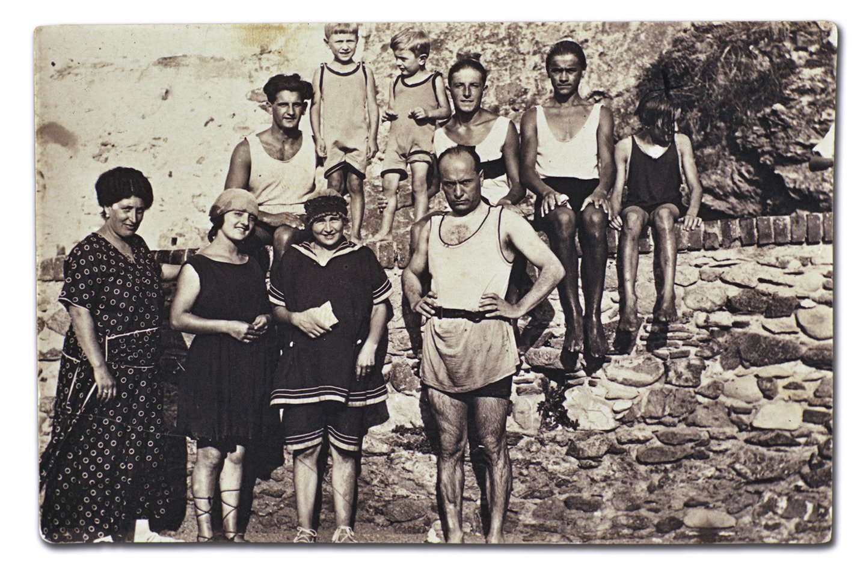 Benito Mussolini su žmona, vaikais ir bičiuliais 1920-aisiais.<br>Scanpix nuotr.