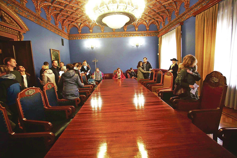 Antrajame rūmų aukšte esančioje posėdžių salėje stovi autentiški baldai – stalas ir 14 krėslų su banko logotipais.<br>M.Patašiaus nuotr.