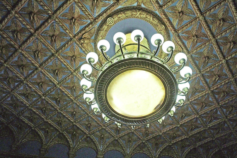 Posėdžių salės lubos dekoruotos rytietiškos ornamentikos motyvais, jas puošia masyvus 20 metalinių šakų sietynas.<br>M.Patašiaus nuotr.