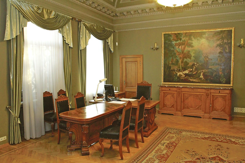 Priėmimų salėje stovi bufetas marmuro paviršiumi, virš jo kabo paveikslas.<br>M.Patašiaus nuotr.