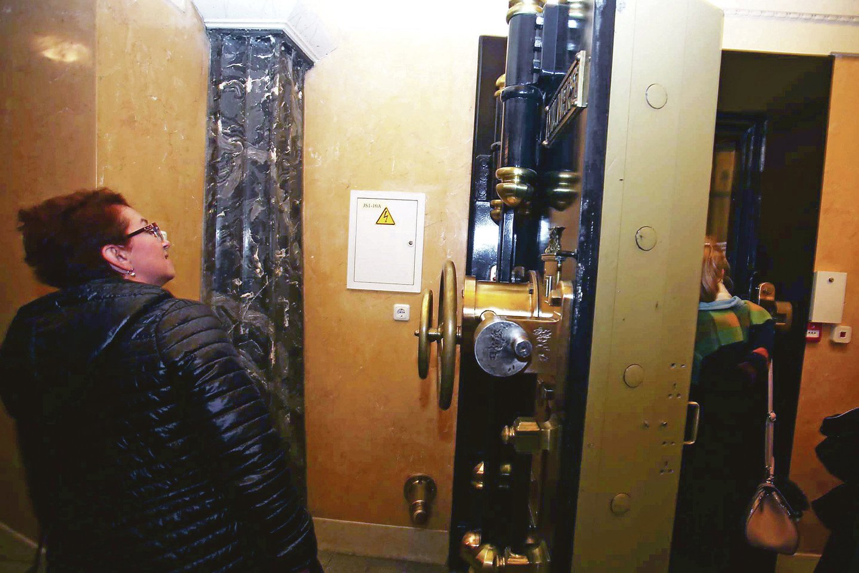 """Anglijoje pagamintos """"Milners"""" firmos saugyklų durys sveria 3 tonas.<br>M.Patašiaus nuotr."""