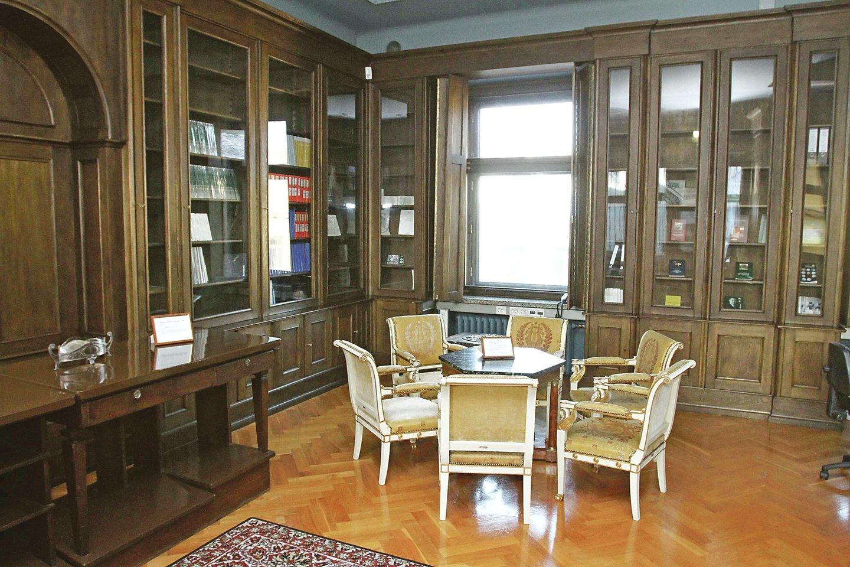 Išliko autentiškos bibliotekos spintos, stalas ir krėslai paauksuotomis kojomis.<br>M.Patašiaus nuotr.