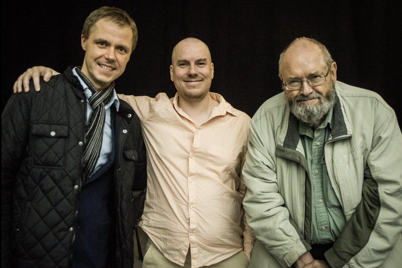 Ph.Niblocko, M.Lindbergo ir J.Wolfe kūrinių koncertas. (Iš kairės) festivalio projektų vadovas V.V.Jurgutis, violončelininkas J.Laitinenas ir kompozitorius Ph.Niblockas.<br>D.Matvejevo nuotr.