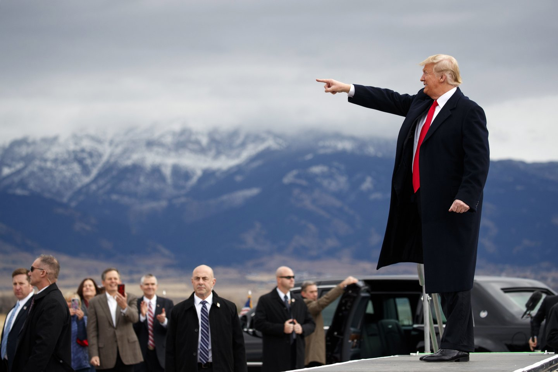 """JAV prezidentas Donaldas Trumpas, penktadienį atvykęs į Paryžių dalyvauti Pirmojo pasaulinio karo pabaigos šimtmečio minėjimo renginiuose, pareiškė, kad Prancūzijos prezidento Emmanuelio Macrono raginimai kurti bendras Europos pajėgas, turinčias padėti apsiginti nuo pasaulio galybių, įskaitant Jungtines Valstijas, yra """"labai įžeidžiami"""".<br>AP nuotr."""