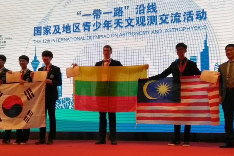Iš Kinijoje, Pekine, vykusios 12-osios tarptautinės astronomijos ir astrofizikos olimpiados Lietuvos komandos narys Ignas Juodžbalis grįžo su bronzos medaliu.<br>ELTA nuotr.