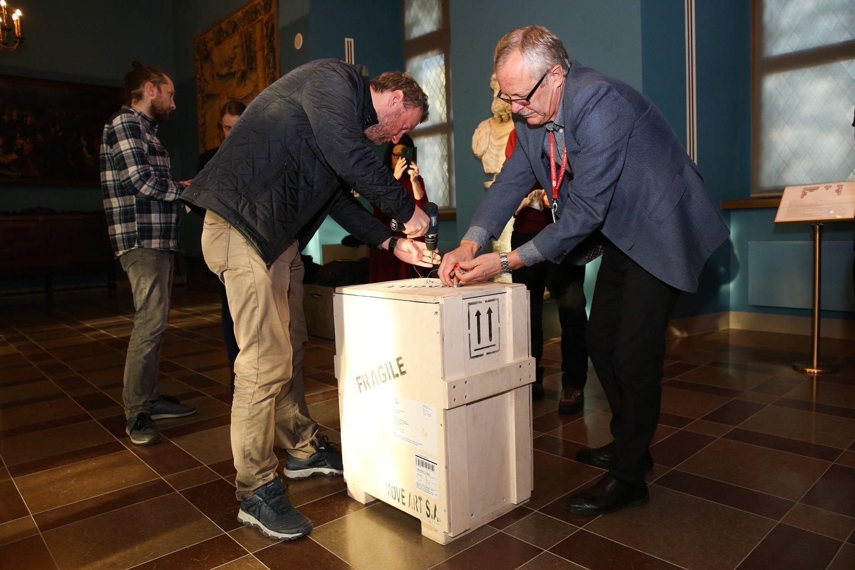 Lietuvių ir graikų muziejininkai ketvirtadienio ryte išpakavo ir išeksponavo iš Graikijos atgabentą I a. meno kūrinį.<br>R.Danisevičiaus nuotr.
