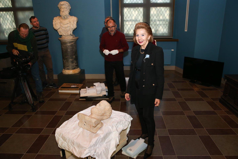 Graikijos Respublikos ambasadorės Lietuvoje Vassiliki Dicopoulou dėka ypač vertinga antikinė skulptūra pirmą kartą iš Graikijos atkeliavo į Lietuvą.<br>R.Danisevičiaus nuotr.