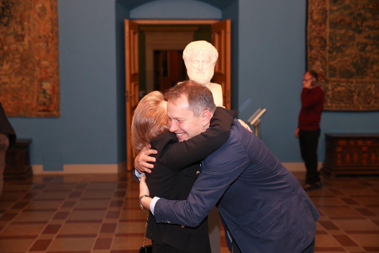 Graikijos Respublikos nepaprastoji ir įgaliotoji ambasadorė dr. Vassiliki Dicopoulou ir Valdovų rūmų direktorius Vydas Dolinskas džiaugiasi, kad pagaliau į Lietuvą muziejinio lygio vertybės atkeliauja ir iš Europos kultūros lopšio - Graikijos.<br>R.Danisevičiaus nuotr.