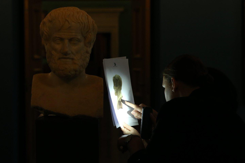 Muziejaus darbuotojai patikrina, ar keliaudama meno vertybė nenukentėjo.<br>R.Danisevičiaus nuotr.