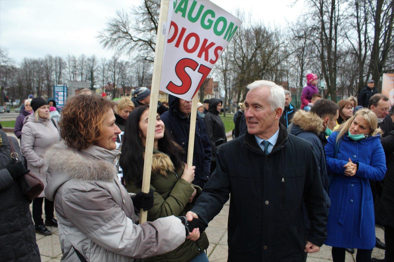 Seimo narys Dainius Kepenis - su protestuotojais.<br>G.Pilaičio nuotr.