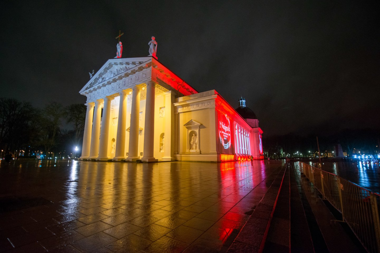 Vakaro tamsoje Vilniaus arkikatedros bazilikos fasadas išsiskyrė savo stacionariu apšvietimu.<br>J.Stacevičiaus nuotr.