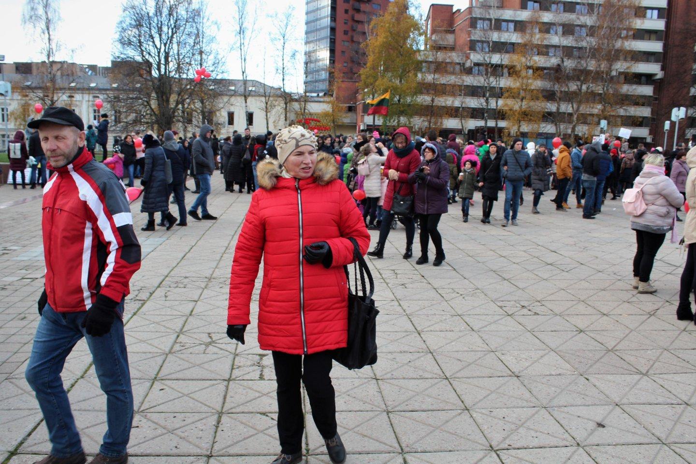 Žmonės rinkosi Atgimimo aikštėje.<br>G.Pilaičio nuotr.