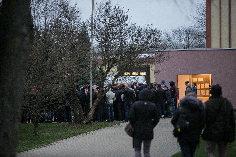 Prie įmonės administracijos durų susirinko apie 200 darbuotojų.<br>G.Bitvinsko nuotr.