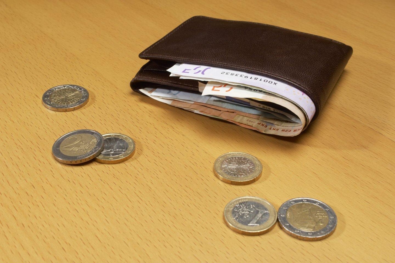 Vidutinės visą mėnesį dirbusių žmonių draudžiamosios pajamos, nuo kurių sumokėtos socialinio draudimo įmokos, šių metų trečią ketvirtį pasiekė siekė 905 eurus.<br>PA Archives/Scanpix nuotr.