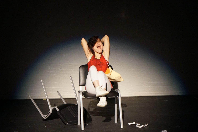 Teatras Ernestai Žemaitytei padėjo pakilti iš neįgaliojo vežimėlio.<br>A. Milieškienės nuotr.