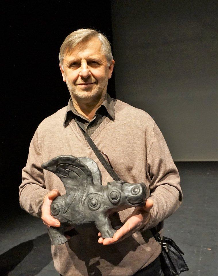"""""""Begaso"""" skulptūros kūrėjas Eugenijus Paukštė.<br>A. Milieškienės nuotr."""