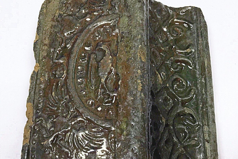 Vieni iš radinių – 5 visiškai sveiki XVII amžiaus krosnies kokliai.<br>N.Brazdeikio nuotr.