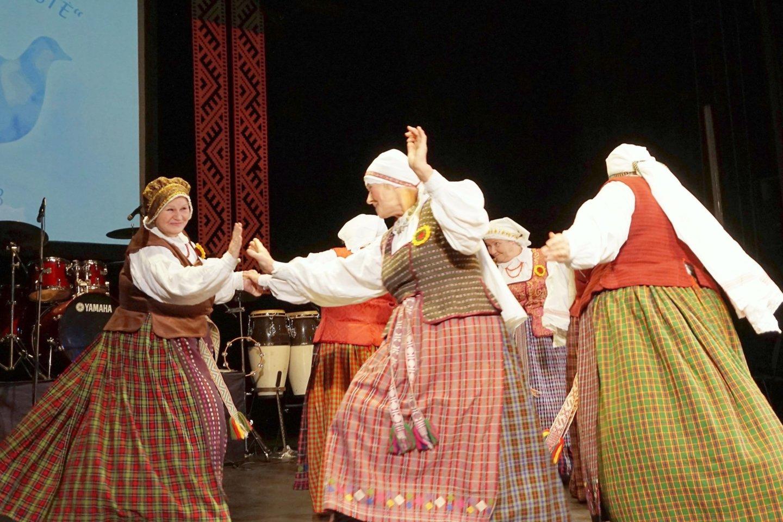 """Varėnos rajono neįgaliųjų draugijos kolektyvas """"Atgaiva"""" savo programą paįvairino šokiu.<br>Aldonos Milieškienės nuotr."""