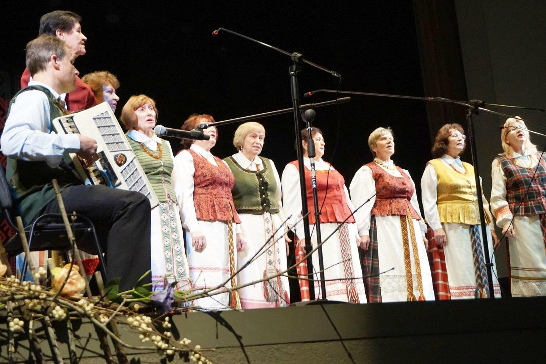 """Pakruojo rajono neįgaliųjų draugijos moterų vokalinis ansamblis """"Šiladis"""" atliko tremtinių dainas.<br>Aldonos Milieškienės nuotr."""