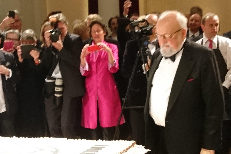 Maestro susimąstė prie jubiliejinio torto.<br>A.Andrikonytės nuotr.