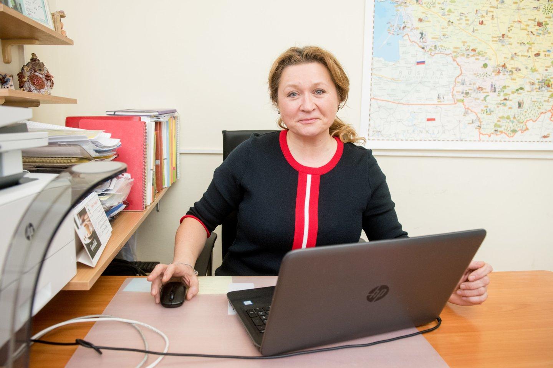 """Vilniaus Ozo gimnazijos lietuvių kalbos ir literatūros mokytoja Aušra Šlapelienė dirba ir nuotoliniu, ir tradiciniu būdu. Tai yra, ją mokiniai sutinka ir realioje klasėje, ir virtuliai bendraudami """"Skype"""" ar kokia kita panašia programa.<br>D.Umbraso nuotr."""