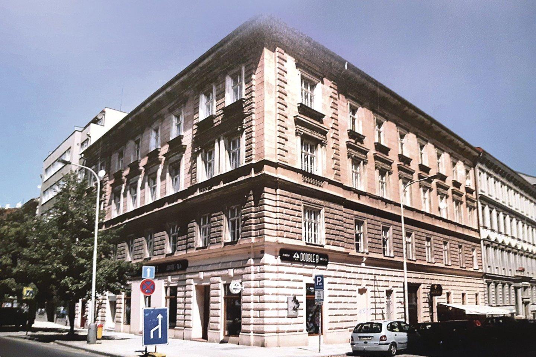 Namą Prahoje, pro kurio buto langą J.Basanavičius pirmą kartą pamatė G.E.Mohl, žymi atminimo lenta.