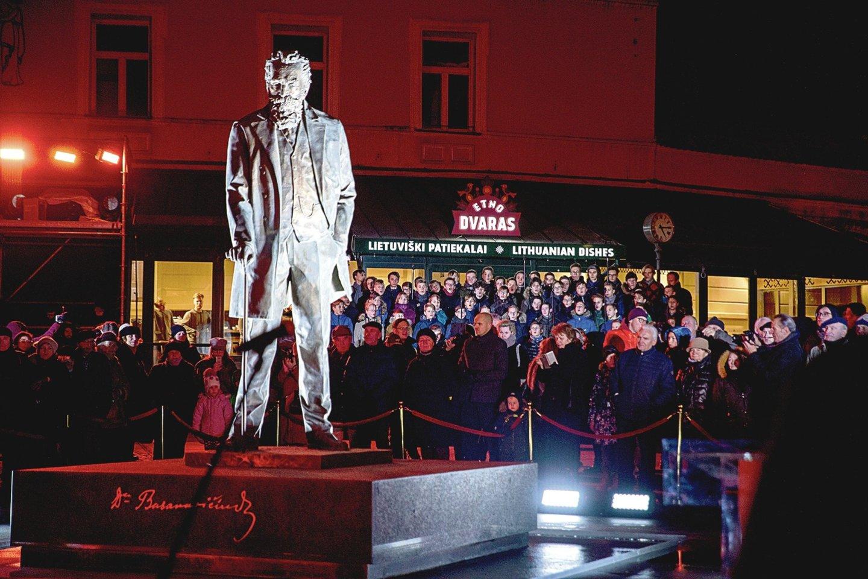 Vilniuje neseniai atidengtame paminkle įamžintas tautinio atgimimo pradininkas kai kam atrodo vienišas.<br>V.Ščiavinsko nuotr.