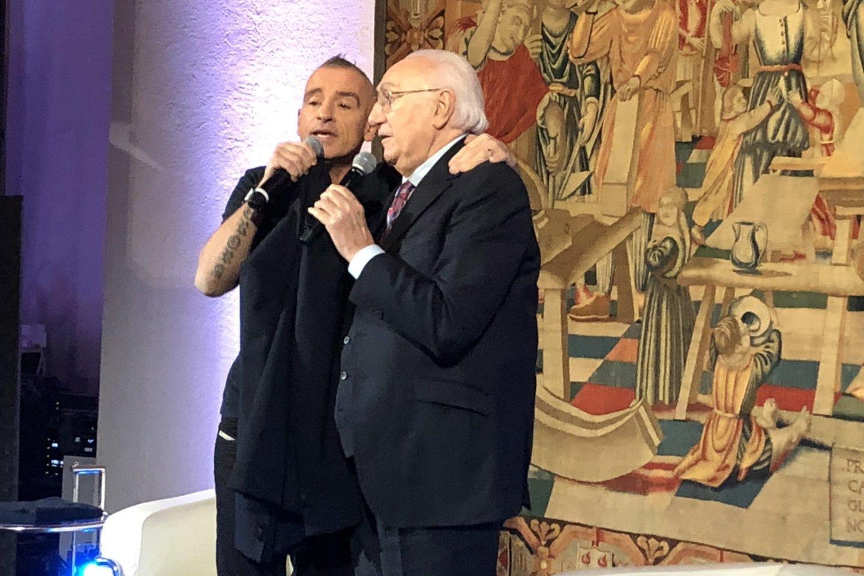 Pokalbį su E.Ramazzotti vedė Italijos televizijos veteranas 82-ejų P.Baudo.<br>R.Zilnio nuotr.