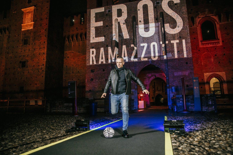 Futbolą dievinantis E.Ramazzotti prieš albumo pristatymąXV amžiuje pastatytospilies kieme spardė kamuolį.<br>Organizatorių nuotr.