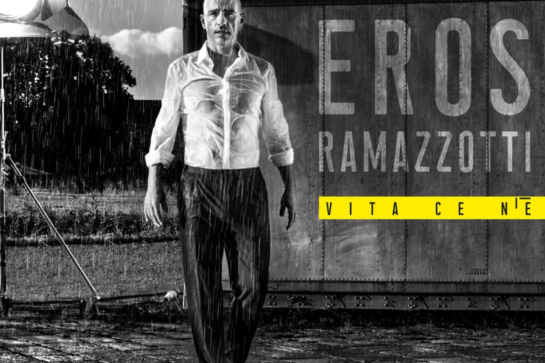 """""""Kad pozuotum tokioms nuotraukoms, reikia drąsos"""", – juokėsi E.Ramazzotti<br>J.Hargreaveso nuotr."""