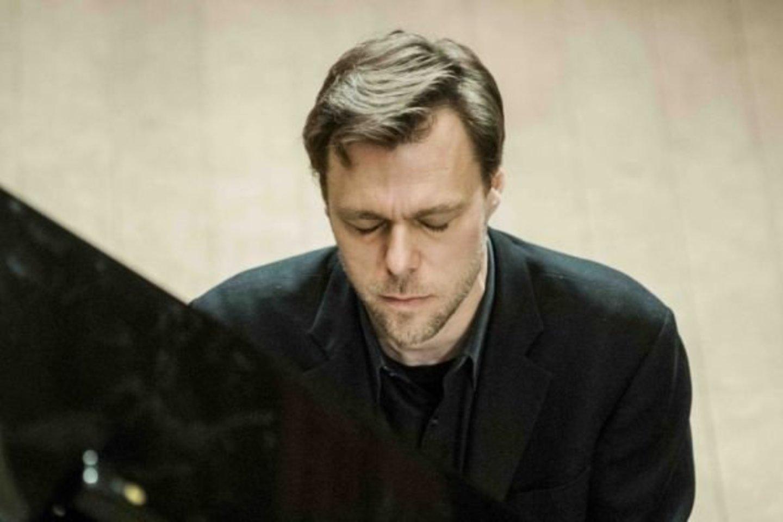 """Pianistas ir kompozitorius A.Žlabys pristatys Paliesiaus dvaro koncertų salei """"Pasaga"""" įsigytą koncertinį """"Steinway & Sons"""" fortepijoną."""