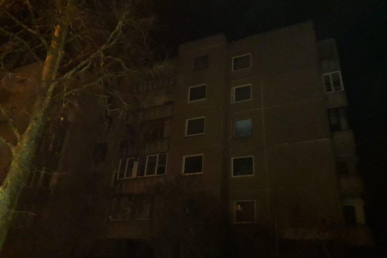 Po gaisro daugiabučio rūsyje name dingo elektra.<br>Skaitytojo nuotr.